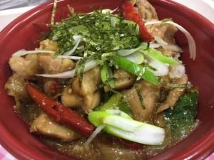 地域と畑の見えるいちばのランチ  台湾屋台風 鶏と野菜のピリ辛煮込み丼