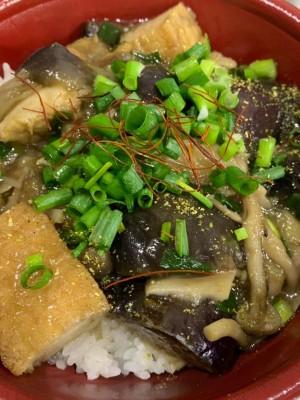 月間ご当地食堂 日替りは揚げナス揚げ豆腐のしょうがきのこあんかけ たっぷり丼