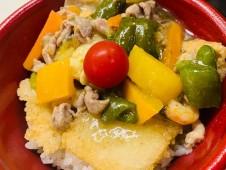 月間ご当地食堂 日替りはいちばの7種夏野菜の中華おこげ丼