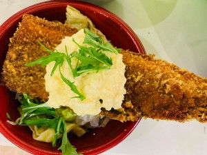 月間ご当地食堂 日替りは北海道鹿部町直送!生ほっけ特大フライどーん
