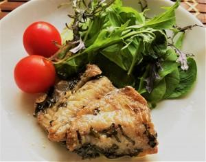 【平戸あじのオイル漬け調理例】お皿に彩りの良い野菜と一緒に盛り付けるだけでごちそうの一品になります。