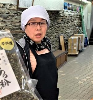 【篠崎海産物店】あごを始め、バラエティに富んだ平戸産海産物の加工品を扱っています。スナック感覚で食べられるつまみあごはお子様から大人まで大人気です。写真はいつも店頭でお元気な奥様。