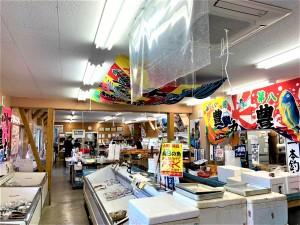 店内は平戸近海で水揚げされた新鮮な魚介類が並んでいます。