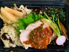 ご当地産直ランチ 日替りは蒸し鶏 自家製坦々ソースがけ&糸魚川山の幸炊き込みごはん 最後の一滴風味