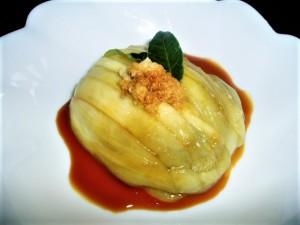 生産者橋立さんのおすすめの食べ方の一つは蒸しなすに生姜醤油。夏は冷やしていただくのがおススメ。