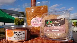 【手づくり味噌】 特産の大豆と米糀を使用し、塩分12%以下。昔ながらの製法で一年間熟成しました。おふくろの味です。保存料は使用していません。 今回は世羅町内3事業者の手作り味噌の中から、お一つをお届けいたします。