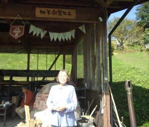 写真は玄米餅生産者吉田優子さん。ご夫婦ではなわ町唯一の農家民宿を経営。小さなお子さんでも安心して食べられる添加物一切なしのお料理の味は絶品。無農薬で作られた自慢の玄米餅です。