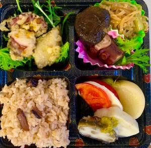 いちばのご当地ランチ ご当地グルメ弁当は国東たこめし、たこ&さごし天ぷらカレー塩、たこやわらか煮、潮風トマトのカプレーゼ、はも皮巻き&柚子胡椒かまぼこ