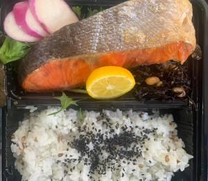 日替わりいちば弁当 お魚は北海道紅鮭または鯖西京焼き