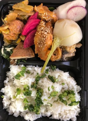 欲張りランチ弁当〜国東豆板醤味噌のヤンニョムチキン&三陸福来豚チンジャオロースのセット