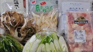 【鍋具材】 野菜はきれいに洗い、笹がき、斜め切り等に切りそろえておりますので、そのままお召し上がりください。秋田が全国に誇れる素晴らしい香味野菜のせり、ケージ飼いの2倍の日数をかけて放し飼いした比内地鶏など、秋田の農家のプライドと心意気を感じてもらえたら幸いです。