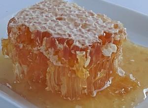 一度は食べてみたいと評判の巣蜜。東京都内の外資系超高級ホテルで朝食に出されれてる限定品を特別販売します。