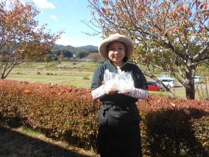 写真はさしみこんにゃく生産者の花島洋子さん。ご夫婦でトマト農家を営みながら、水のきれいな山間部の気候を活かし、こだわりのさしみこんにゃくをひとつひとつ手作りしています。