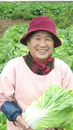 【白菜】鍋物の定番、白菜。野菜作りにこだわりを持った生産者が作った白菜は、大ぶりで甘味も感じられる逸品となっています。写真は北村信子さん。