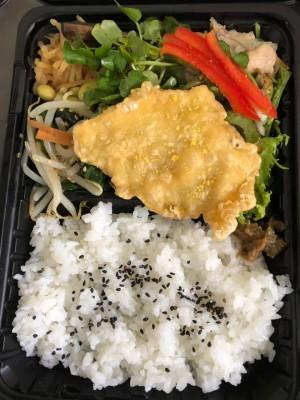連子鯛の天ぷら 屋久島たんかん塩添え/蒸し鶏マリネサラダ添え