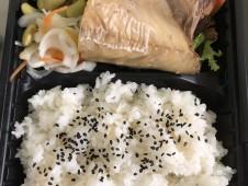 いちばのご当地ランチはお任せ主菜が2種入ったお弁当 鯖の塩焼き、蒸し鶏 ネギ胡麻ポン酢など