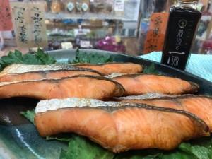 火曜・金曜はいちばのご当地弁当販売日! 本日の主菜は糸魚川サーモン魚醤漬け焼き、甘エビ唐揚げ 他全8種類