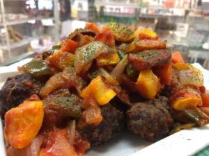 火曜・金曜はいちばのご当地弁当販売日! 本日の選べる主菜は松野町 まつのジビエのミートボールとソーセージのトマト煮込み